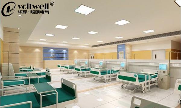 在照明市场上有非常高的占有率,并且成为了不少医院室内照明选择的照明灯具了。为何LED面板灯能够那么快就成为照明灯具的新宠呢?那么自然离不开它的光线柔和、舒适、亮度均匀性好等特点了。为了能够适用除医院室内照明以外的更多场合,LED面板灯的尺寸也并不止一种,那么我们该如何选择呢? 如果医院病房较小的话,那么最好可以选择600*600-25W,如果选择太亮灯具,那么就会显得很刺眼;空间较小,尺寸太大的灯具会让空间显得很不协调,有一种压迫的感觉。 如果病房较大的话,那么最好可以选择600*600-36W或者外观典